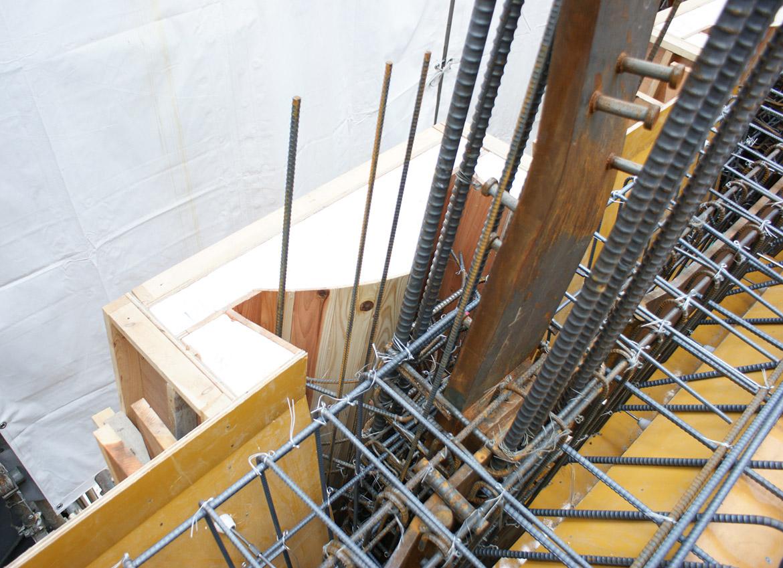 複雑に湾曲する杉板を押さえる発砲スチロール。躯体、杉板、発砲スチロールのすべてを3Dでデータ化し製造・施工時における高い精度と効率化を達成した。